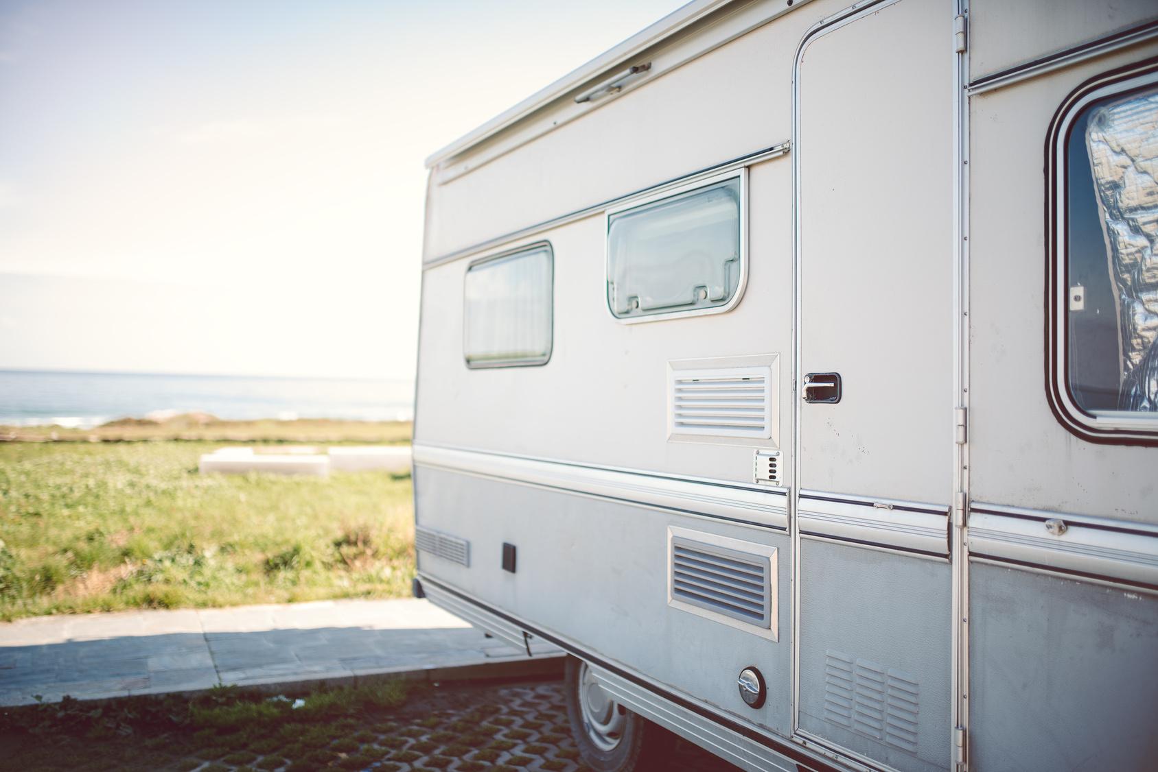 Mit dem Wohnwagen am Strand urlauben© elenaburn - Fotolia.com