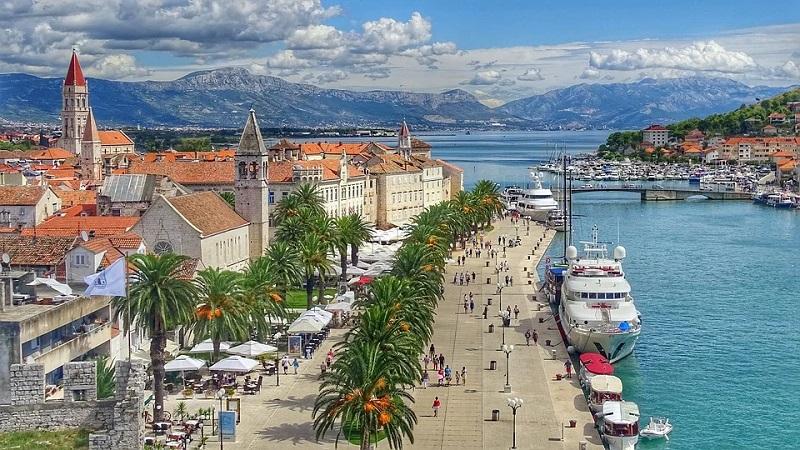 Hafen in kroatischer Stadt